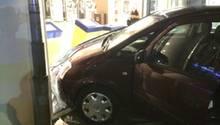 Auto fährt durch die Scheibe eines Fitnessstudios