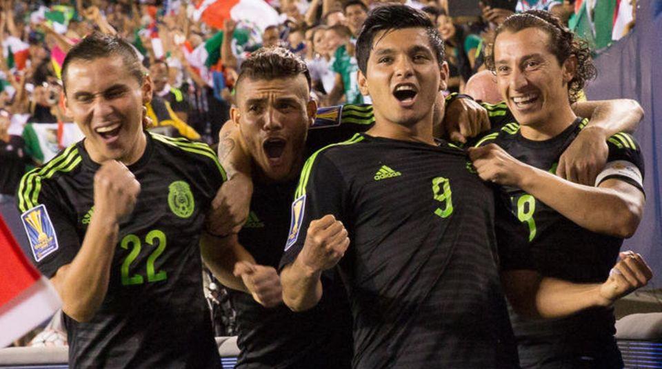 Mexikanische Spieler im schwarzen Trikot bejubeln ein Tor