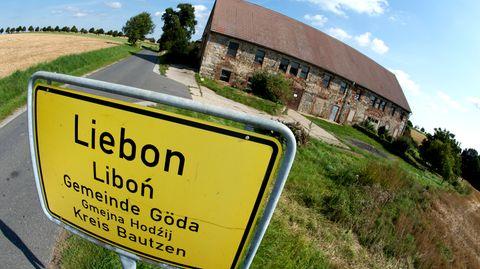 Das Ortsschild von Liebon vor einem verfallenen Haus