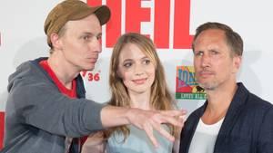 """Dietrich Brüggemann, dessen Schwester Anna und der Schauspieler Benno Fürmann bei der Premiere von """"Heil"""""""