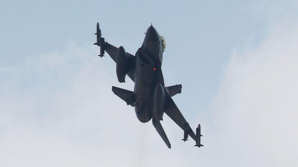 Ein türkisches Kampfflugzeug vom Typ F-16: Erstmals fliegt die Türkei Angriffe auf Stellungen des Islamischen Staates.