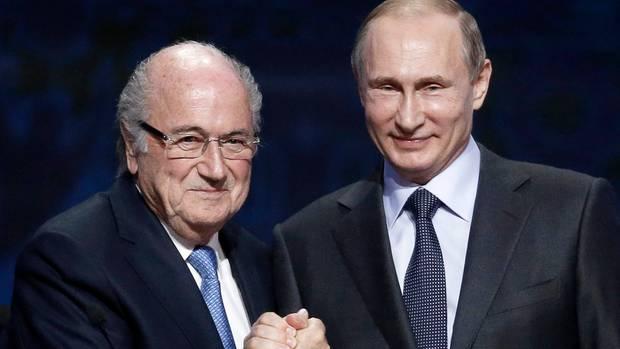 FIFA Präsident Joseph Blatter und der russische Präsident Wladimir Putin schütteln sich die Hände.