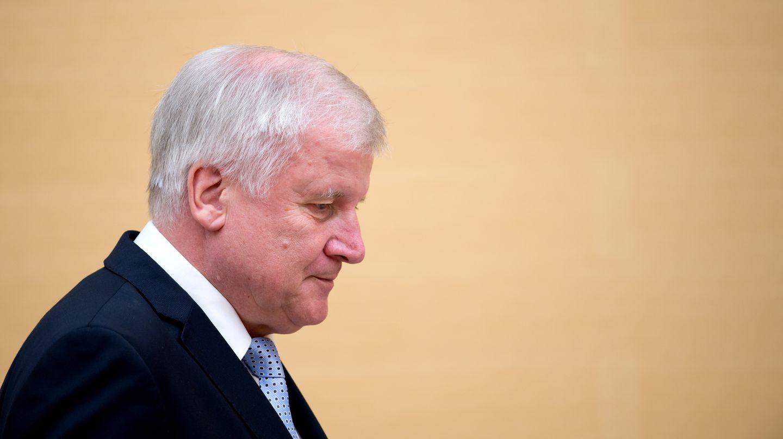 Der bayerische Ministerpräsident Horst Seehofer betritt mit leicht gesenktem Kopf den bayerischen Landtag.