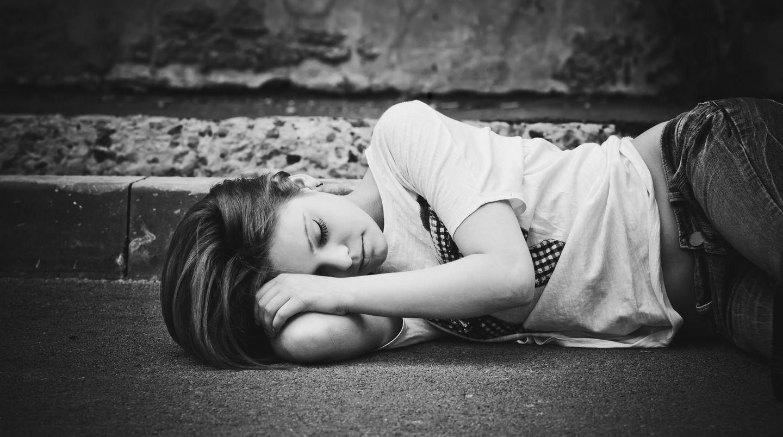 Eine Frau liegt auf der Straße