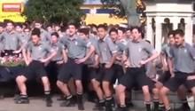 Neuseeländische Schüler Tanzen Maori-Kriegstanz auf Beerdigung