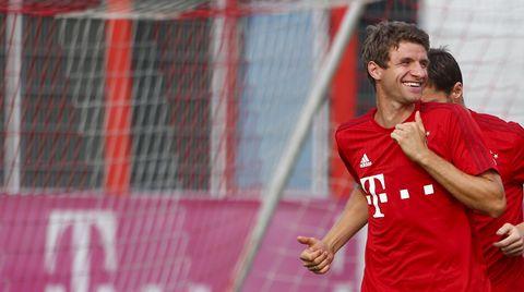 Thomas Müller lacht im Trikot des FC Bayern München