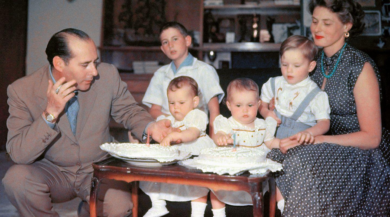 Eine stürmische Liebe: 1949 lässt Bergman ihren ersten Mann und die Tochter in Hollywood zurück und beginnt mit Regisseur Roberto Rossellini ein neues Leben. Zusammen mit Rossellinis Sohn Renzo und dem gemeinsamen Sohn Robertino, feiern die Rossellini-Bergmans den ersten Geburtstag der Zwillinge Isotta und Isabella im Juni 1953.