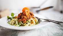 Ein Teller mit Zucchini-Nudeln und Fleischragú