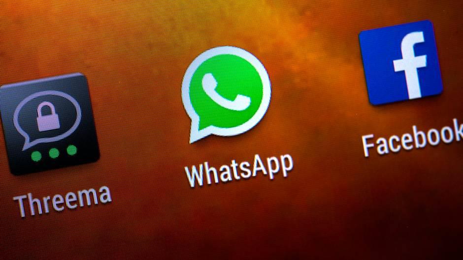 Die Buttons von Whatsapp, Threema und Facebook auf einem Smartphone