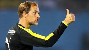 BVB-Trainer Thomas Tuchel mit der Geste Daumen hoch
