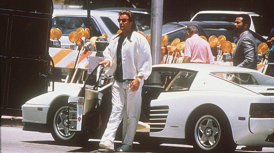 Sonny Crockett vor seinem weißen Testarossa