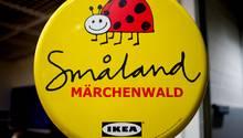 Ein Schild zeigt das  Småland von Ikea