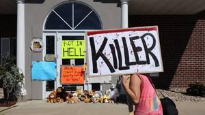 Menschen demonstrieren ihre Wut zum Tode des Löwen Cecils.