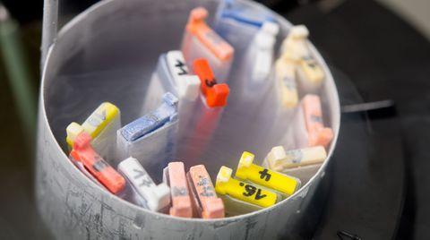Kassetten mit eingefrorenen Eizellen lagern in einem Labor