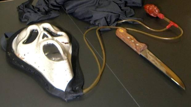 Horrormaske und Messer werden im Gericht vorgezeigt
