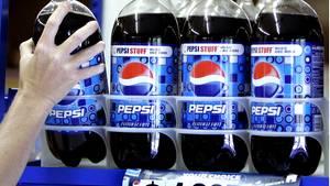 Einige Pepsiflaschen stehen im Verkaufsregal