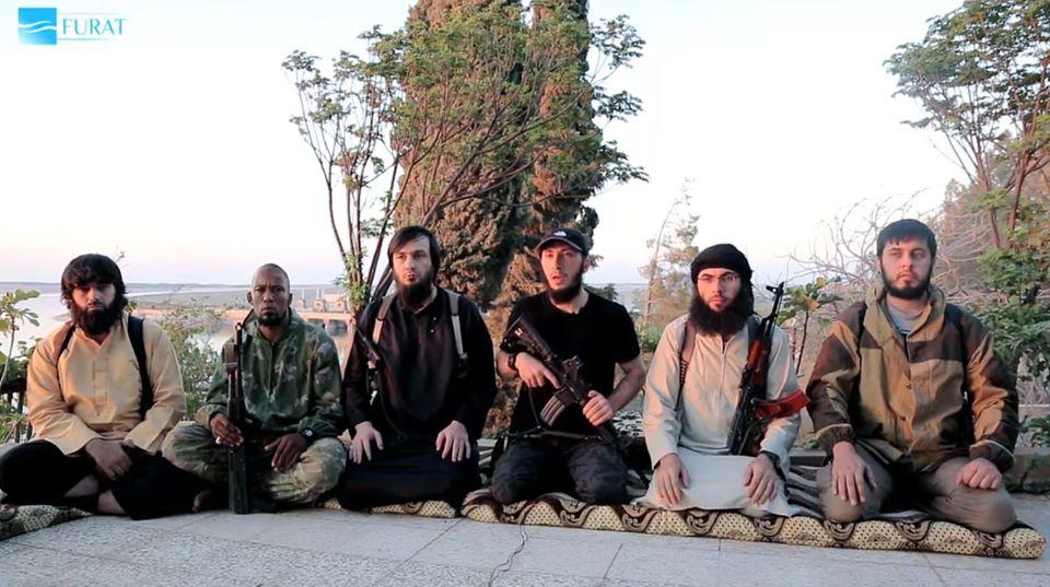 Denis Cuspert sitzt in dem Video des Islamischen Staates neben fünf weiteren Dschihadisten