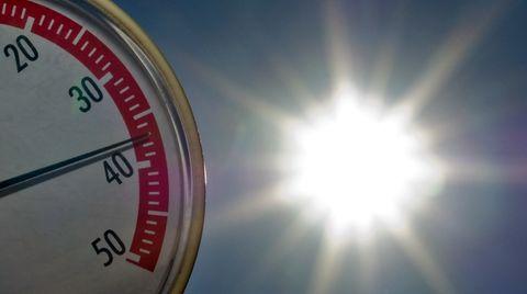Auf einem Thermometer in der Sonne nähert sich die Nadel der 40-Grad-Marke