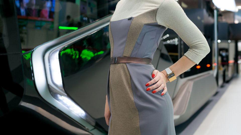 Die passende Uniform für die Fahrerin wurde auch entworfen.