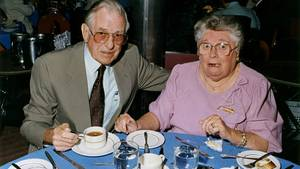 Ehepaar im Restaurant, sie mit offenem Mund
