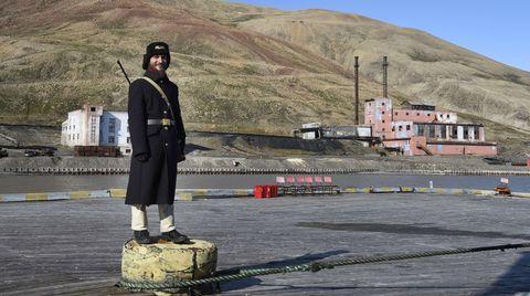 Der Wachmann steht auf einem Poller im Hafen