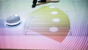 Bild 2: So wird der Verkehr der Zukunft aussehen: Autonom fahrende Autos erkennen Menschen und projizieren einen Zebrastreifen a