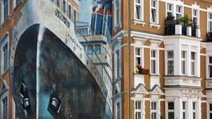 """Künstler Gert Neuhaus hat das riesige Schiff """"Phoenix"""" auf dieser Berliner Fassade verewigt"""
