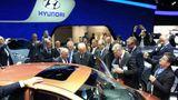 VW-Chef Martin Winterkorn begutachtet den neuen Hyundai i10 auf der IAA.