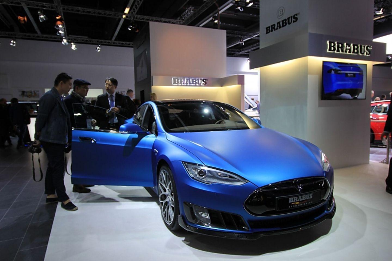 Matt blau foliert: der Brabus Tesla Model S.