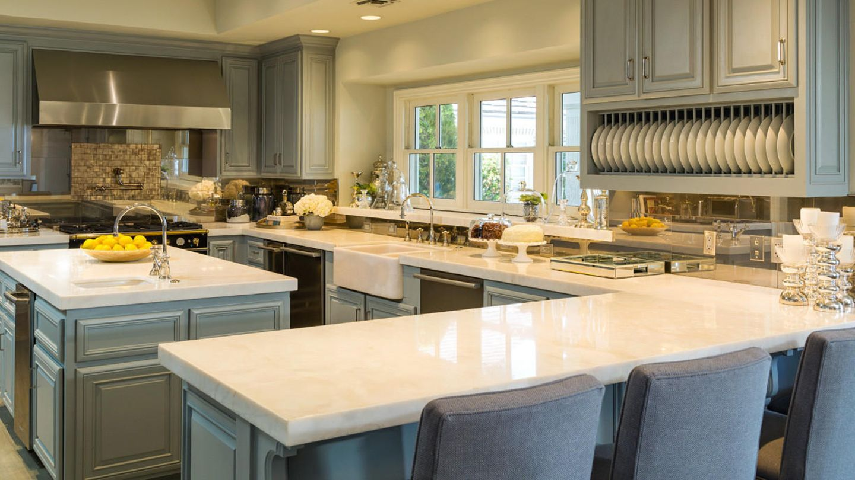 Ein Traum ist auch die Küche, in der Holz mit Marmor kombiniert wurde