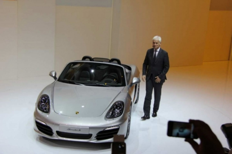 Porsche-Chef Matthias Müller neben dem Boxster.