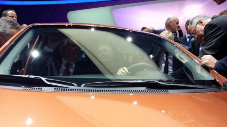 VW-Chef Martin Winterkorn zusammen mit Ulrich Hackenberg im Hyundai i10 auf der IAA.