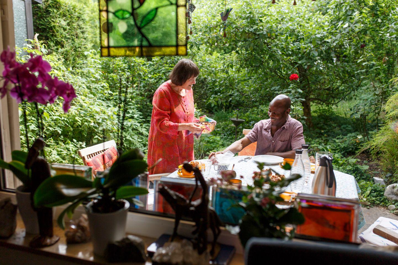 Pele (rechts) aus Togo ist bei Johannes und Ingrid Bohsung in Stuttgart untergekommen. Hier am 15.06.2015 im Garten der Bohsungs, Ingrid Bohrung (links) kümmert sich mütterlich um Pele und kocht regelmäßig für ihn.