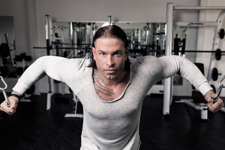 Tim Wiese, deutscher Fußballtorhüter, tainiert am 06.10.2014 in einem Fitnessstudio in Lilienthal bei Bremen