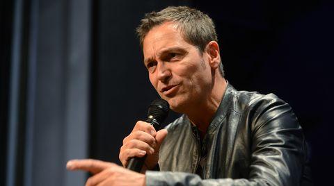 Dieter Nuhr erzählt auf einer Bühne mit dem Mikro in der Hand seine Scherze