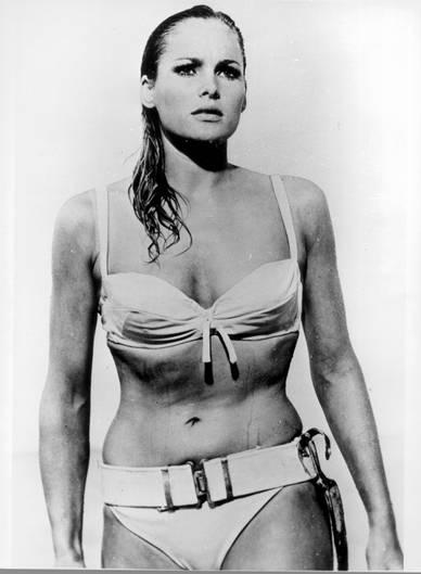 """Platz 1    Ursula Andress entstieg als Honey Ryder 1962 in """"James Bond jagt Dr. No"""" den Wellen. Sie war damit das erste Bond-Girl überhaupt. Die gebürtige Schweizerin gilt mit ihrem weißen Bikini als Vorbild für kommende Bond-Girl-Generationen."""
