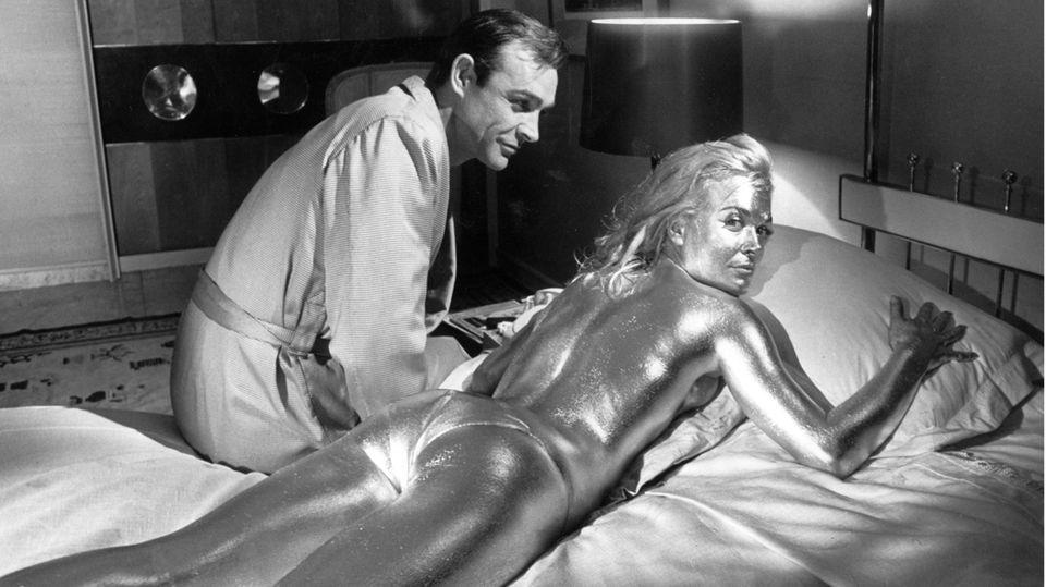 """Platz 5  Shirley Eaton ist eines der berühmtesten Bon-Girls überhaupt. Als Jill Masterson starb sie den """"Goldfinger""""-Tod. Nicht ohne vorher mit Sean Connery als Bond im Bett gelandet zu sein."""