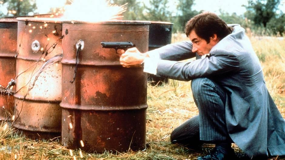 James Bond kann nicht nur austeilen, er musste auch mächtig einstecken. In allen 23 bislang erschienen Bond-Filmen wurde der Spion im Auftrag Ihrer Majestät insgesamt 4662 Mal angeschossen.