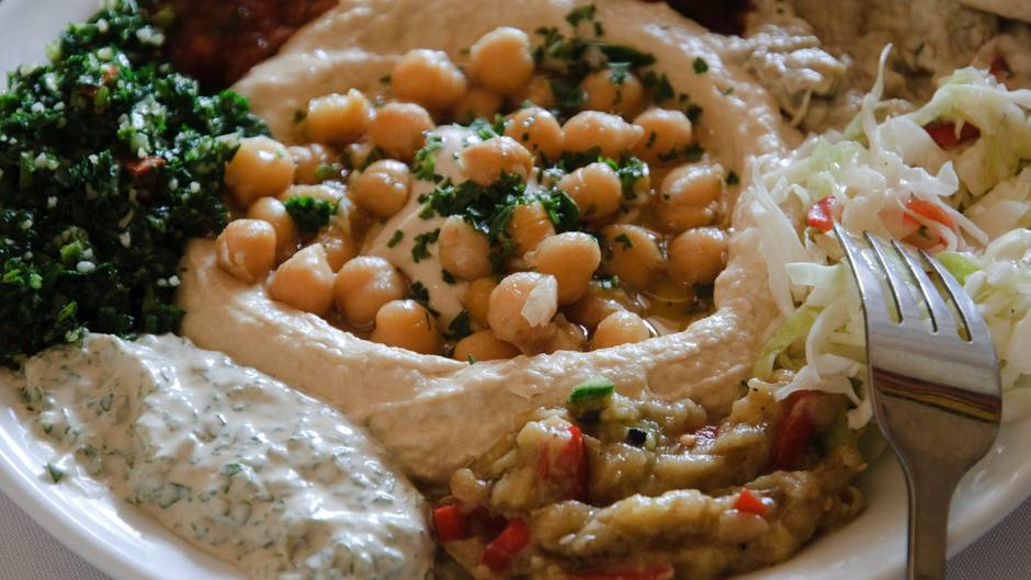 Hummus ist ein Püree aus Kichererbsen.