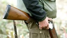 Ein Jäger mit aufgeklappter Schrotflinte.