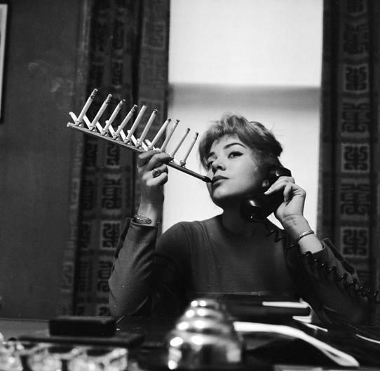 Mit diesem Zigarettenhalter ist es möglich, eine ganze Schachtel auf einmal zu rauchen.