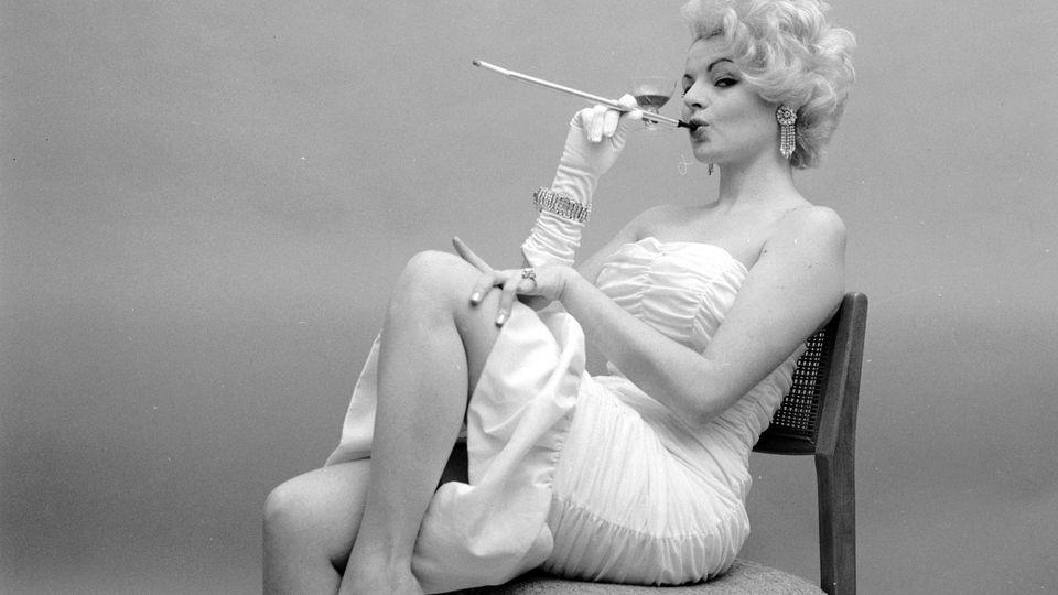 Der Traum aller, die gerne sündigen: rauchen und trinken in einem. Dieser Zigarettenhalter hat vorne gleich ein Weinglas eingebaut.