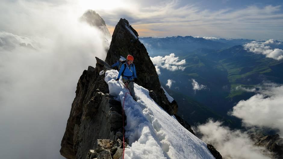 Nahaufnahme mit Alpinist am Grat
