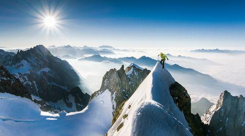 Kletter auf Schneewächte im Gegenlicht