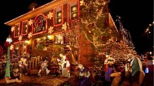 Ihre Nachbarn sind auch so weihnachtsverrückt wie Sie? Super, dann können sie gemeinsam dekorieren. Allerdings sollten Fluchtwege frei bleiben. Im Treppoenhaus oder auf dem Weg zum Haus dürfen bei all der Weihnachtsdeko kein Fluchtwege zugestellt oder Dinge aufgebaut werden, die eine Brandgefahr mit sich bringen, so das Oberverwaltungsgericht Münster (Az.: 10 B 304/09).