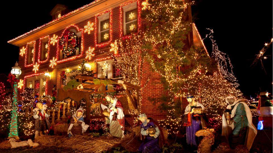 Ihre Nachbarn sind auch so weihnachtsverrückt wie Sie? Super, dann können sie gemeinsam dekorieren. Allerdings: Im Treppenhaus oder auf dem Weg zum Haus dürfen bei all der Weihnachtsdeko keine Fluchtwege zugestellt oder Dinge aufgebaut werden, die eine Brandgefahr mit sich bringen, so das Oberverwaltungsgericht Münster (Az.: 10 B 304/09).