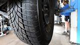 Autoreifen sind nach sechs Jahren durchgealtert, dann müssen neue her: Vier Reifen für einen Mittelklassewagen kosten 600 Euro - ohne Montage.