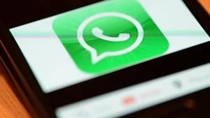 Das Logo vom Messaging-Dienst WhatsApp auf einem Smartphone. Foto: Jens Kalaene/Archiv