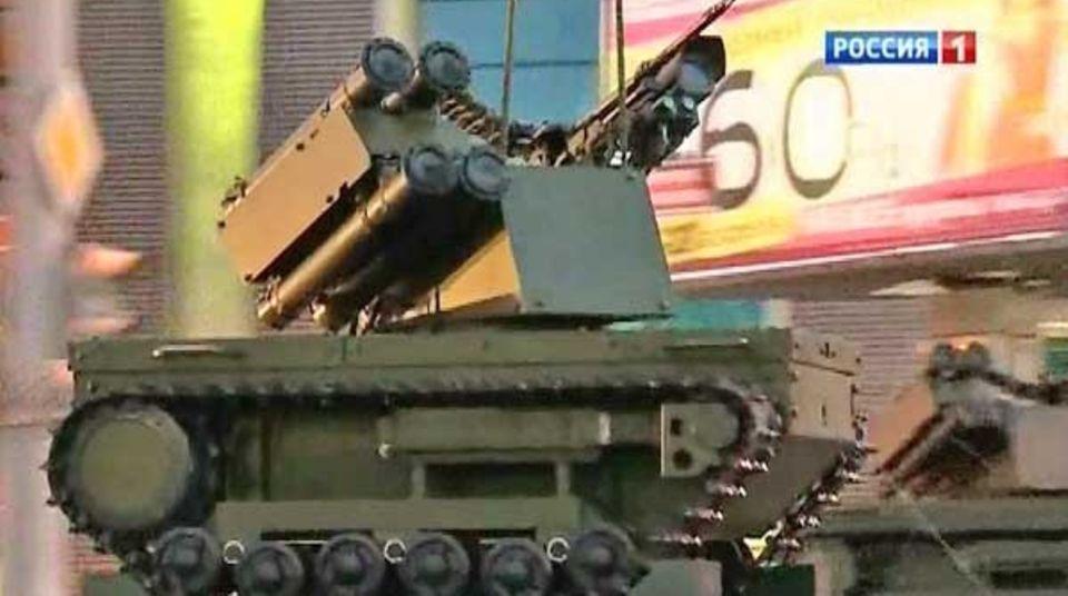 Die Plattform-M wurde auf einer Messe gezeigt. Sie ist mit einem MG und Granatwerfern bestückt.
