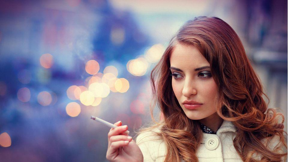Es war 2015 eines der Top-Themen beim BGH:Ein Ehepaar aus dem brandenburgischen Premnitz störte sich an seinen auf dem Balkon rauchendenNachbarn. Man könne ja gar nicht mehr richtig draußen sitzen, schimpften sie. Die Entscheidung der Richter dürfte sie nur zur Hälfte zufriedenstellen: Denn Raucher dürfen auch auf demBalkon zum Glimmstängel greifen - können aber dazu verpflichtet werden, dies nur zu bestimmten Zeiten zu tun, wie Karlsruhe entschied.  Allgemeingültige rauchfreie Zeiten legten die Juristen nicht fest - weitere Prozesse um Details zum Balkonrauch dürften daher folgen.  (Az.: V ZR 110/14)